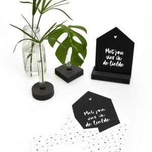 zwarte-kaart-huisje-'met-jou-vier-ik-de-liefde'-met-bedrukte-envelop-zoedt