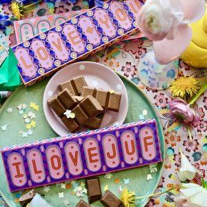 love-juf-melkchocolade-snor